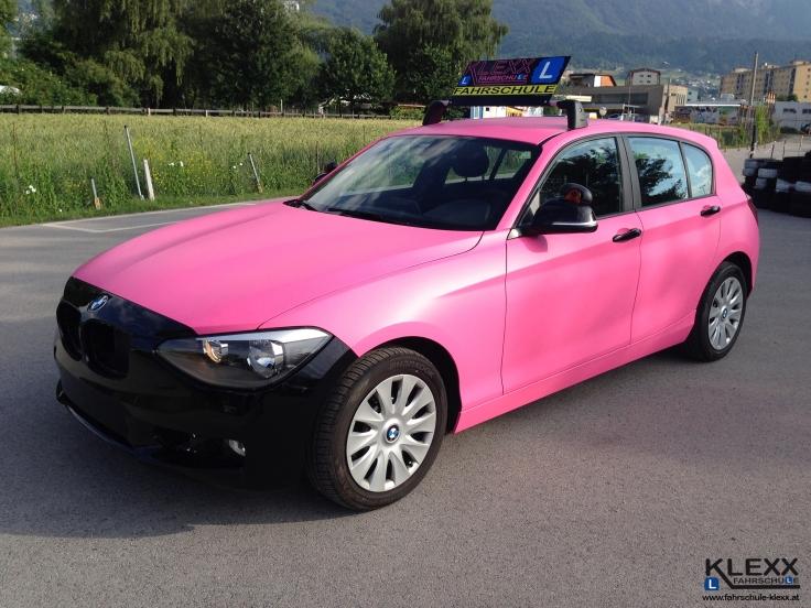 Fahrschule_Innsbruck_Klexx_BMW_1er_Pink_Folierung_Carwrap3